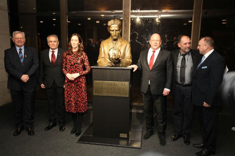 Драгана Милошевић открила бисту великог научника Николе Тесле у Братислави